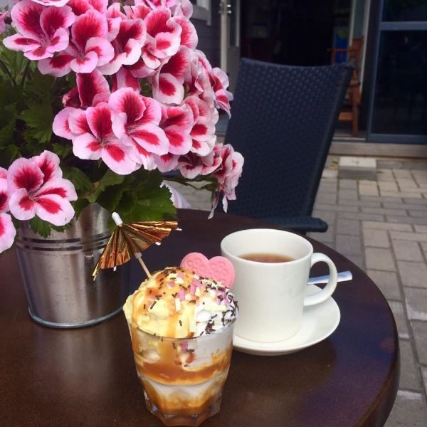 Herkkuttele Kahvila-ravintola Akuliinan jäätelöannoksilla