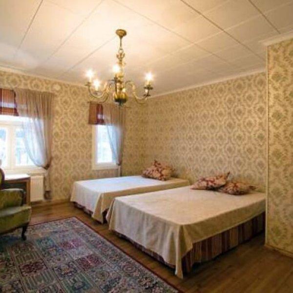 Yläkerran makuuhuone Villa Ristivehmas